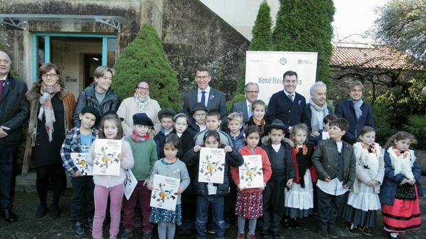El presidente de la Xunta junto a unos niños de Vila de Cruces