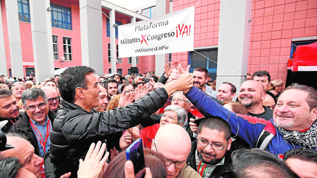 Pedro Sánchez, ayer, durante el baño de masas que se dio en Xirivella (Valencia)