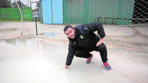 La profundidad de los charcos (en la imagen) impide jugar cuando llueve