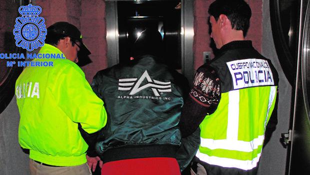 Dos agentes conducen al colombiano Héctor Albeidis Arboleda
