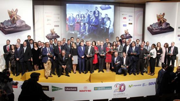 Foto de familia de todos los premiados junto con las autoridades políticas regionales, provinciales y locales