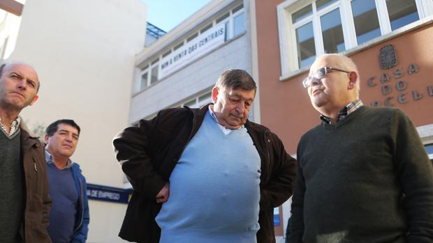 Trabajadores de Ferroatlántica y excompañeros, reunidos a las puertas del Concello de Cee