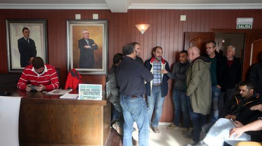 Los operarios de Ferroatlántica ha tomado el salón de plenos de Cee