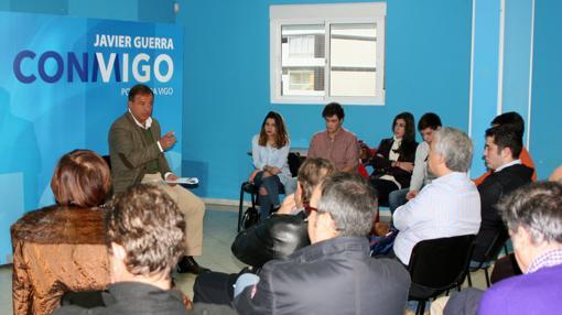 Javier Guerra, ayer en la Asociación de Vecinos de Coia