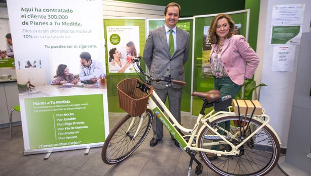 Entrega de la bicicleta eléctrica a Montserrat Redondo, clienta 300.000 de los «Planes a tu Medida»