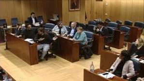 Un diputado de Podemos le hace una peineta a otro de Ciudadanos en la Asamblea