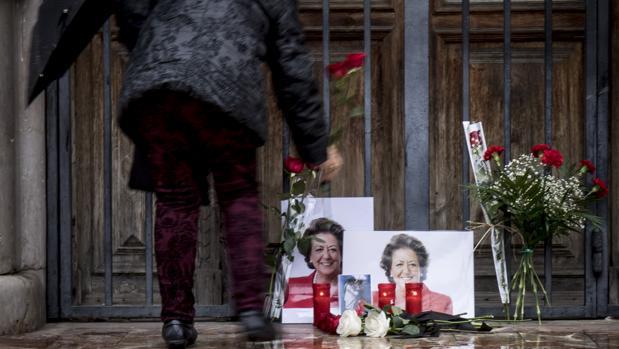 Imagen del altar en la fachada del Ayuntamiento de Valencia tras la muerte de la exalcaldesa