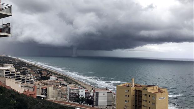 Imagen del tornado originado en el litoral de Valencia este domingo