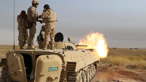 Un militar español instruyendo a un iraquí en carros de combate