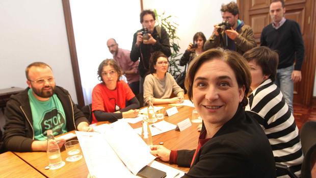 Colau, hace medio año, en una reunión con los impulsores de la Ley 24/2015