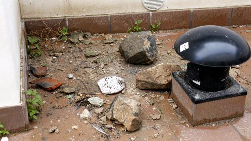 Piedras que cayeron del ruinoso inmueble debido a las últimas lluvias