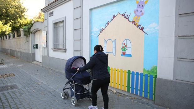 Una madre recoge a su bebé de la Escuela Infantil Casa del Niño