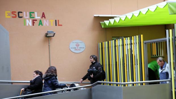 Entrada principal a la escuela infantil Nuestra Señora de Los Dolores, en la calle San Bernardo