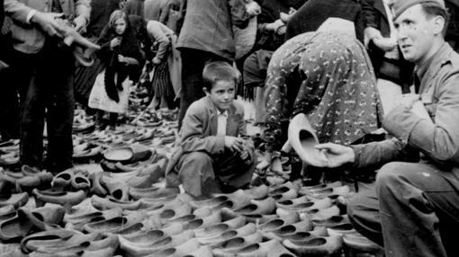 Un puesto de venta de madrñas en el mercado de La Virgen del Camino, con un soldado de la Legión Cóndor como cliente