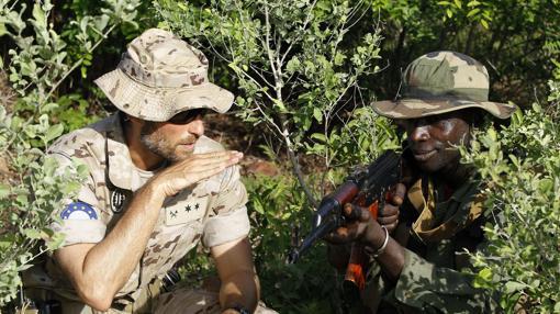 Un militar español junto a otro maliense en la misión de la UE