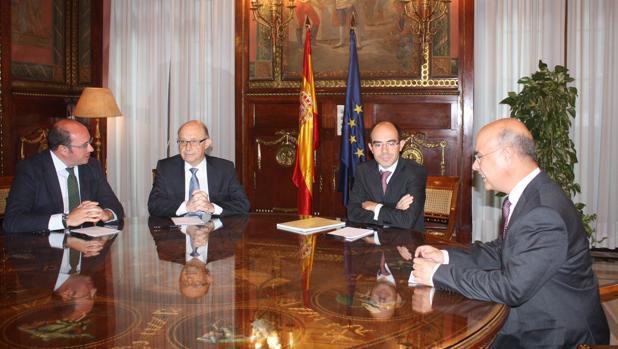 Pedro Antonio Sánchez y Cristóbal Montoro, a la izquierda, durante su reunión en Madrid