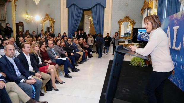 María José San Román, en la presentación de la marca «Alicante, ciudad del arroz», con el alcalde entre el público en primera fila