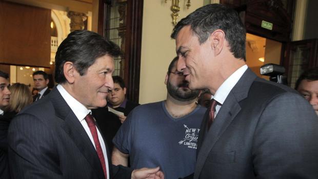 Javier Fernández y Sánchez durante la toma de posesión del primero como presidente de Asturias en julio de 2015