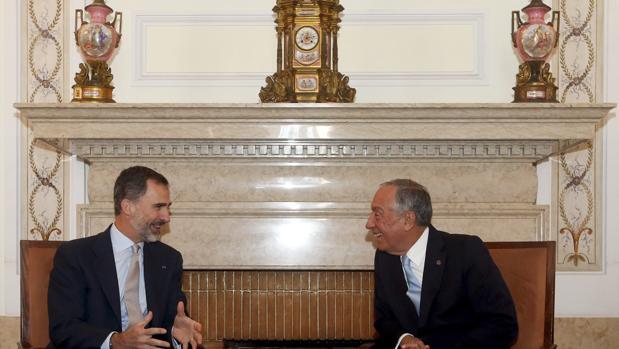 El Rey ocnversa con el presidente de Portugal, Marcelo Rebelo de Sousa