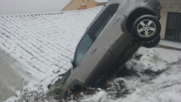 Un coche se empotra contra una casa al patinar por el hielo