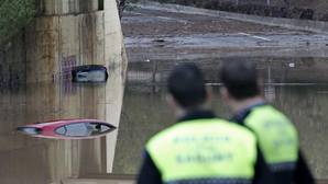 Los bomberos salvan la vida a una mujer que ha retirado una valla para cruzar una zona inundable