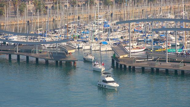 Vista del Puerto de Barcelona con varias embarcaciones de lujo