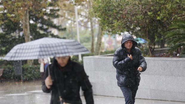 Un hombre se protege de la lluvia, este martes en Valencia