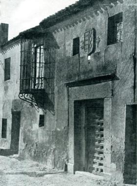 Calles blasonadas y balcones enjaulados del pueblo de Esquivias