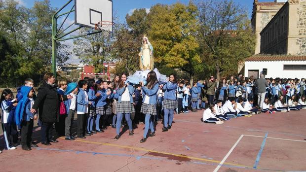 Los alumnos de 3º ESO han sido los responsables de portar las andas y hacer el recorrido por el patio.