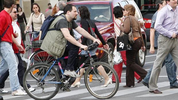 Bicis cruzando por un paso de peatones en Zaragoza