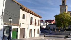 Abajo, aspecto actual de la calle Astrana Marín, donde vivió el gran escritor