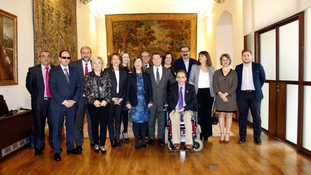 Los representantes del Cermi junto a los miembros del Consejo de Gobierno