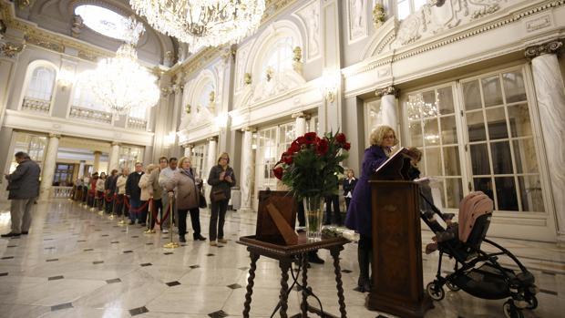 Imagen de la cola para firmar en el libro de condolencias por Barberá en el Ayuntamiento de Valencia