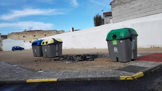 Restos de un contenedor quemado en una isla de reciclaje