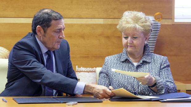 El consejero de Sanidad, Antonio Sáez Aguado, y la vicepresidenta de Paliativos Sin Fronteras Carmen de la Fuente