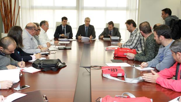 Momento de la reunión entre el conselleiro de Industria, Francisco Conde, y el comité de empresa
