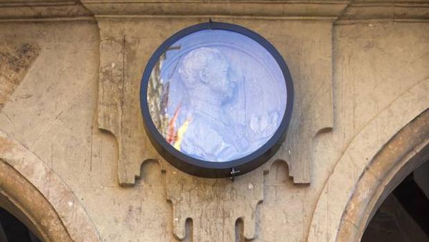 Medallón de Francisco Franco en la plaza Mayor de Salamanca