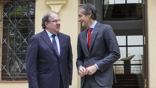 Herrera e Íñigo de la Serna, a las puertas del Colegio de la Asunción, sede de la Junta