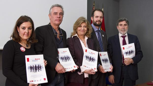 La consejera de Economía y Hacienda, Engracia Hidalgo (en el centro), junto a representantes sindicales