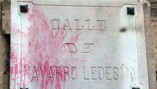 Lápida colocada en noviembre de1906 con los efectos de una moderna agresión «pictórica»