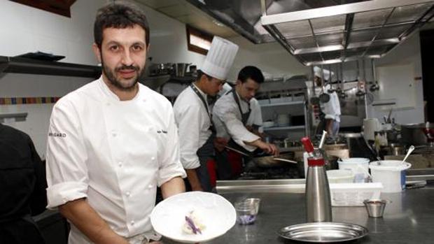 Iván Cerdeño posa con uno de sus platos en El Carmen de Montesión