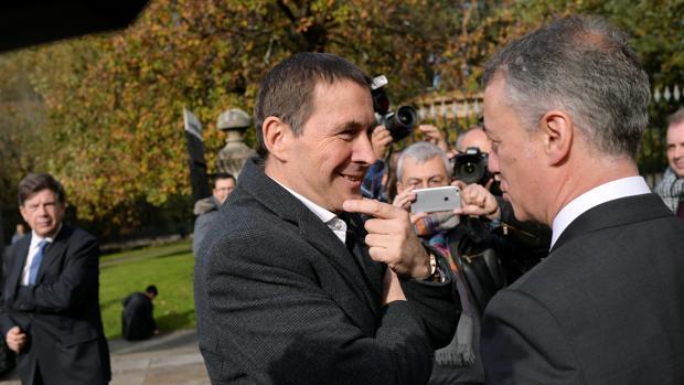 El líder abertzale Arnaldo Otegui, junto a Íñigo Urkullu, presidente del Gobierno vasco
