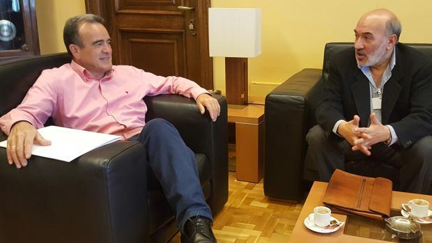 El alcalde bilbilitano (derecha), en una reunión que mantuvo hace escasas semanas con el presidente de la DPZ