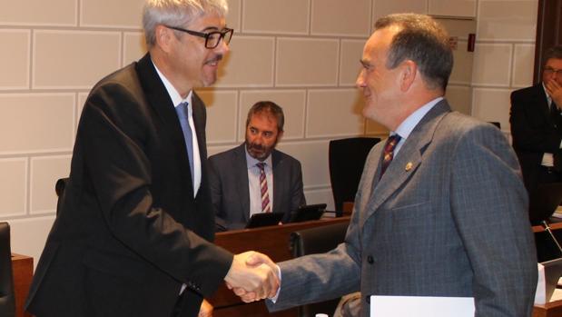 El presidente de la DPZ, Juan Antonio Sánchez Quero (PSOE), saludando al portavoz provincial del PP (a la izquierda de la imagen)