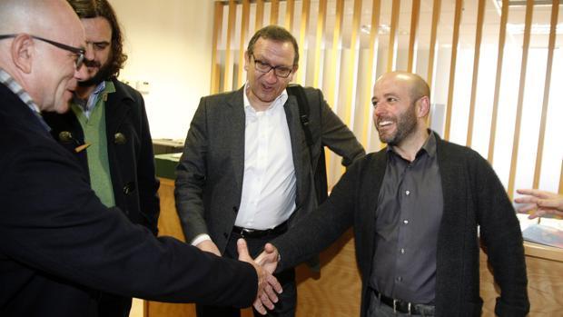 Luís Villares saluda a representantes de Gestha, que agrupa a los técnicos de Hacienda