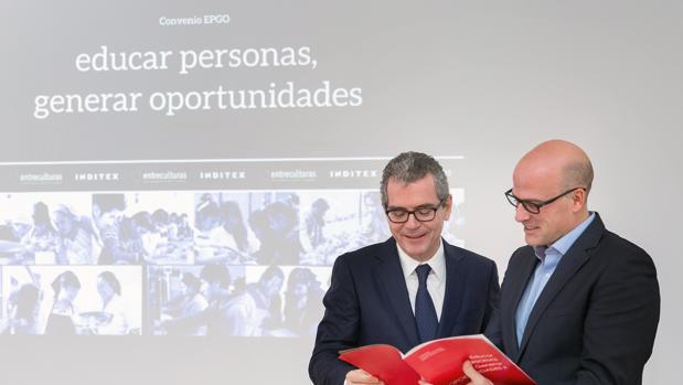 Pablo Isla, consejero delegado de Inditex, junto con el responsable de la ONG Entreculturas