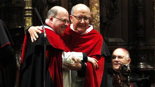 Juan Miguel Ferrer, a la izquierda, se abraza con su predecesor, Juan Sánchez