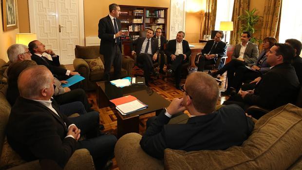 Sánchez se dirige a sus diputados del equipo de gobierno en la Diputación alicantina