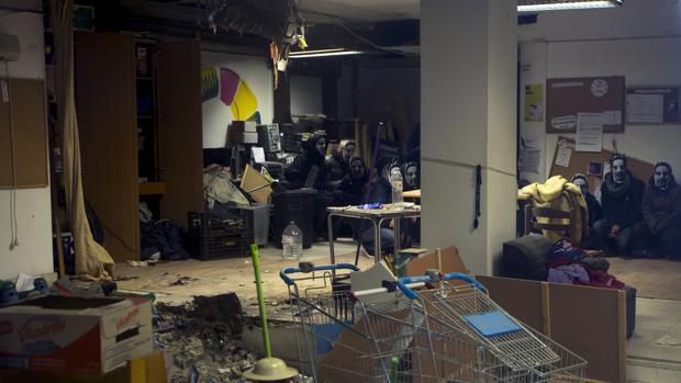 """Miembros del colectivo """"okupa"""", tras entrar en el local el pasado domingo"""