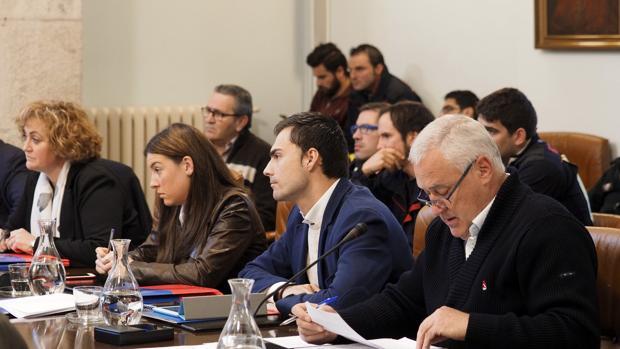 El alcalde de Becerreá, Manuel Martínez, en el pleno de la Diputación